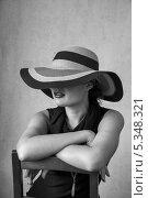Купить «Девушка в черном платье и в шляпе на стуле», фото № 5348321, снято 5 августа 2013 г. (c) Светлана Голубкова / Фотобанк Лори