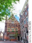 Купить «Дома Амстердама на фоне голубого летнего неба с облаками. Нидерланды», фото № 5350985, снято 19 сентября 2013 г. (c) Vitas / Фотобанк Лори