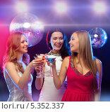 Купить «три девушки с коктейлями на дискотеке», фото № 5352337, снято 20 октября 2013 г. (c) Syda Productions / Фотобанк Лори