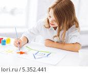 Купить «девочка рисует гуашью на бумаге», фото № 5352441, снято 31 июля 2013 г. (c) Syda Productions / Фотобанк Лори