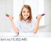 Купить «улыбающаяся девочка держит в обеих руках фломастеры», фото № 5352445, снято 31 июля 2013 г. (c) Syda Productions / Фотобанк Лори