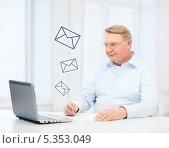 Купить «Пожилой мужчина отвечает на электронное письмо», фото № 5353049, снято 12 октября 2013 г. (c) Syda Productions / Фотобанк Лори
