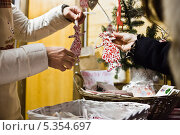 Купить «Продажа новогодних игрушек и сувениров на Страсбургской ярмарке. Москва. Манеж», фото № 5354697, снято 28 декабря 2012 г. (c) Victoria Demidova / Фотобанк Лори