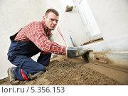 Купить «Рабочий выполняет цементно-песчаную стяжку пола», фото № 5356153, снято 19 апреля 2012 г. (c) Дмитрий Калиновский / Фотобанк Лори