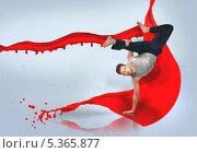 Купить «Break dancer doing a handstand », фото № 5365877, снято 22 марта 2019 г. (c) Wavebreak Media / Фотобанк Лори