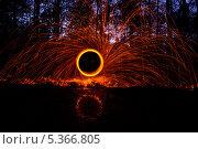 Купить «Картины из огня с красными искрами в ночном лесу», фото № 5366805, снято 24 ноября 2013 г. (c) Morgenstjerne / Фотобанк Лори
