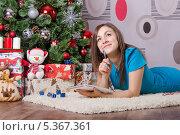 Купить «Девушка пишет письмо деду морозу, лежа у елки», фото № 5367361, снято 8 декабря 2013 г. (c) Иванов Алексей / Фотобанк Лори
