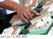Купить «Руки мужчины и макет жилого района», фото № 5369469, снято 16 сентября 2010 г. (c) Phovoir Images / Фотобанк Лори