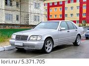 Купить «Автомобиль Mercedes-Benz W140 S-class», фото № 5371705, снято 7 августа 2012 г. (c) Art Konovalov / Фотобанк Лори