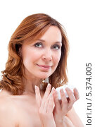 Красивая взрослая женщина наносит крем на лицо. Стоковое фото, фотограф Маргарита Бородина / Фотобанк Лори