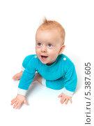 Портрет весёлого младенца в голубых ползунках на белом фоне. Стоковое фото, фотограф Александр Орлов / Фотобанк Лори