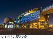 Купить «Ночной вид на станцию дубайского метро, ОАЭ», фото № 5390569, снято 2 ноября 2013 г. (c) Олег Жуков / Фотобанк Лори