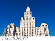 Купить «Высотное здание в Москве на фоне неба», фото № 5396817, снято 9 марта 2011 г. (c) Алексей Попов / Фотобанк Лори