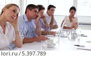 Bore business team sitting around the table . Стоковое видео, агентство Wavebreak Media / Фотобанк Лори