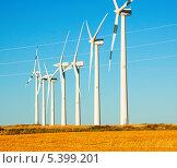 Купить «Ветряные турбины в сельскохозяйственных угодьях», фото № 5399201, снято 4 июля 2013 г. (c) Яков Филимонов / Фотобанк Лори