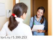 Купить «Социальный работник проводит опрос населения», фото № 5399253, снято 20 января 2019 г. (c) Яков Филимонов / Фотобанк Лори