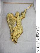 Купить «Золотой ангел в трубу трубит», фото № 5400977, снято 3 июля 2013 г. (c) Марина Шатерова / Фотобанк Лори