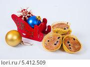 Купить «Рождественские украшения и пирожное с черникой», фото № 5412509, снято 28 ноября 2013 г. (c) Tamara Sushko / Фотобанк Лори