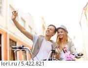 Купить «пара на велосипедах фотографируется на экран смартфона», фото № 5422821, снято 6 сентября 2013 г. (c) Syda Productions / Фотобанк Лори
