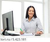 Купить «девушка с компьютером ручкой и тетрадью», фото № 5423181, снято 6 ноября 2013 г. (c) Syda Productions / Фотобанк Лори