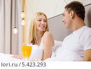 Купить «влюбленная пара завтракает в постели в гостиничном номере», фото № 5423293, снято 23 ноября 2013 г. (c) Syda Productions / Фотобанк Лори