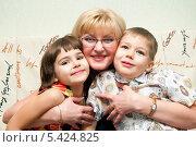 Купить «Бабушка обнимает внуков», эксклюзивное фото № 5424825, снято 31 декабря 2012 г. (c) Куликова Вероника / Фотобанк Лори