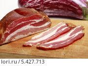 Аппетитное сырокопченое мясо и на разделочной доске. Стоковое фото, фотограф Яна Королёва / Фотобанк Лори