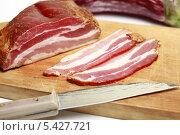 Аппетитное сырокопченое мясо и нож на разделочной доске. Стоковое фото, фотограф Яна Королёва / Фотобанк Лори