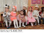 Купить «Новогодний утренник в детском саду, город Балашиха», эксклюзивное фото № 5430701, снято 24 декабря 2013 г. (c) Дмитрий Нейман / Фотобанк Лори