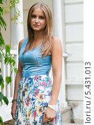 Купить «Портрет симпатичной девушки на улице», эксклюзивное фото № 5431013, снято 10 августа 2013 г. (c) Игорь Низов / Фотобанк Лори