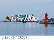 Купить «Вид потерпевшего кораблекрушение пассажирского лайнера Коста Конкордия», фото № 5433537, снято 28 апреля 2012 г. (c) Анастасия Золотницкая / Фотобанк Лори