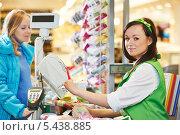 Купить «Девушка-кассир обслуживает покупателя в супермаркете», фото № 5438885, снято 24 сентября 2013 г. (c) Дмитрий Калиновский / Фотобанк Лори
