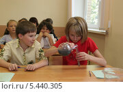 Купить «Занятие в химическом кружке», эксклюзивное фото № 5440305, снято 2 августа 2006 г. (c) Ирина Терентьева / Фотобанк Лори