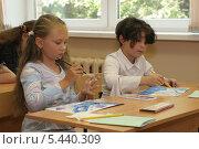 Купить «Дети на уроке рисования в школе», эксклюзивное фото № 5440309, снято 2 августа 2006 г. (c) Ирина Терентьева / Фотобанк Лори