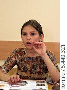 Купить «Девочка в школьном классе удивленно слушает учителя», эксклюзивное фото № 5440321, снято 2 августа 2006 г. (c) Ирина Терентьева / Фотобанк Лори