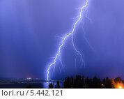 Купить «Молния над рекой», фото № 5442121, снято 7 июля 2012 г. (c) Павел Сытилин / Фотобанк Лори
