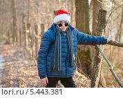 Купить «Мальчик в новогоднем колпаке стоит возле забора», эксклюзивное фото № 5443381, снято 29 декабря 2013 г. (c) Игорь Низов / Фотобанк Лори