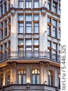 Купить «Современный фасад нового дома с подсветкой», фото № 5446325, снято 2 января 2014 г. (c) Parmenov Pavel / Фотобанк Лори