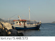 Купить «Рыбацкая лодка у причала на острове Закинтос (Греция)», фото № 5448573, снято 4 июня 2013 г. (c) Хименков Николай / Фотобанк Лори