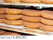 Коржи для тортов на полке. Стоковое фото, фотограф Елена Мартынова / Фотобанк Лори