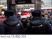 Купить «Полицейский проверяет документы у гастарбайтеров в шапках Санта Клауса из Средней азии при прохождении кордона на Красную площадь в канун праздника Нового года», фото № 5450101, снято 31 декабря 2013 г. (c) Николай Винокуров / Фотобанк Лори
