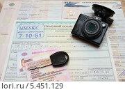 Купить «Видеорегистратор, страховка, птс,  водительское удостоверение и ключ от авто», фото № 5451129, снято 5 января 2014 г. (c) Цибаев Алексей / Фотобанк Лори