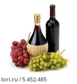 Купить «Две бутылки с вином и гроздья винограда на белом фоне», фото № 5452485, снято 9 марта 2011 г. (c) Natalja Stotika / Фотобанк Лори
