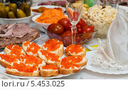 Купить «Бутерброды с икрой на праздничном столе», эксклюзивное фото № 5453025, снято 31 декабря 2013 г. (c) Игорь Низов / Фотобанк Лори