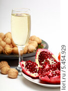 Купить «Бокал с шампанским, гранат и грецкие орехи», эксклюзивное фото № 5454929, снято 4 января 2014 г. (c) Яна Королёва / Фотобанк Лори