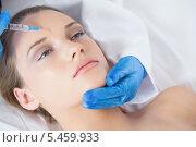 Купить «Surgeon making injection on forehead on young woman lying», фото № 5459933, снято 30 мая 2013 г. (c) Wavebreak Media / Фотобанк Лори