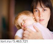 Купить «Мама держит на руках спящую девочку, малая глубина резкости», фото № 5463721, снято 15 октября 2009 г. (c) Станислав Фридкин / Фотобанк Лори