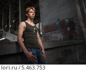 Купить «Молодой парень в майке и джинсах в заброшенном здании», фото № 5463753, снято 1 августа 2009 г. (c) Станислав Фридкин / Фотобанк Лори