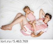 Купить «Ребенок с мамой на кровати», фото № 5463769, снято 31 июля 2009 г. (c) Станислав Фридкин / Фотобанк Лори