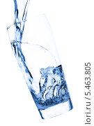 Купить «Синяя вода льется в стакан на белом фоне», фото № 5463805, снято 22 июля 2009 г. (c) Станислав Фридкин / Фотобанк Лори